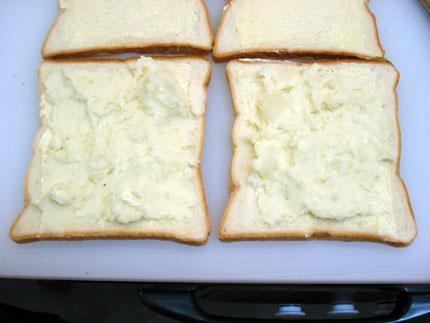 ポテトサラダをのせたパン.jpg